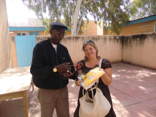 Tiziana e un membro dello staff del Villaggio SOS di Dakar