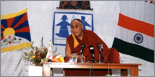 Il Dalai Lama a una conferenza con SOS Villaggi dei Bambini