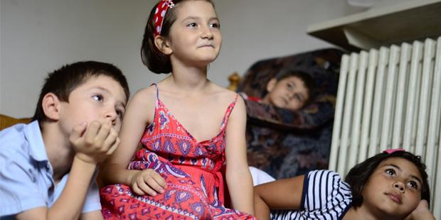 Bambini che guardano la televisione nel Villaggio SOS di Bucharest
