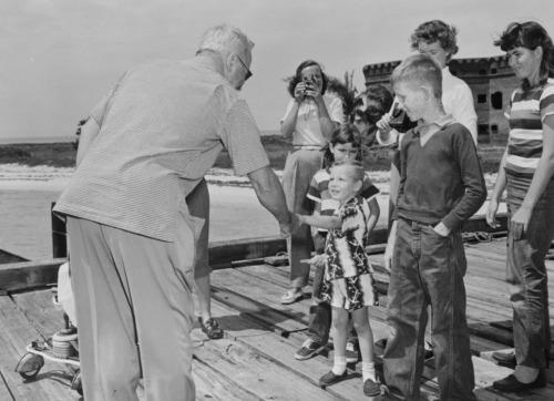 Harry Truman con bambini per le adozioni a distanza