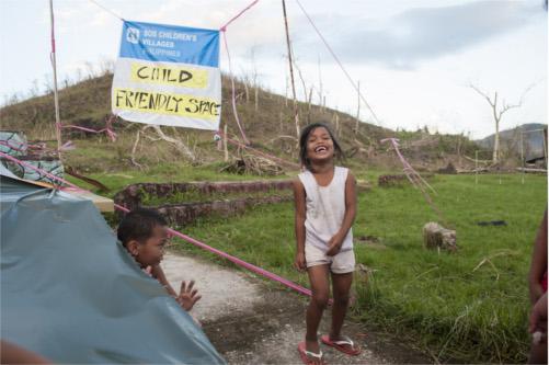 bambine delle Filippine dopo il tifone