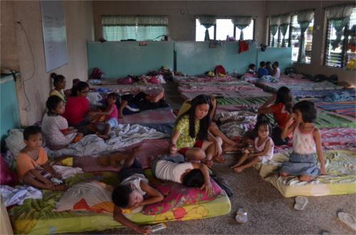 bambini delle Filippine dopo il tifone
