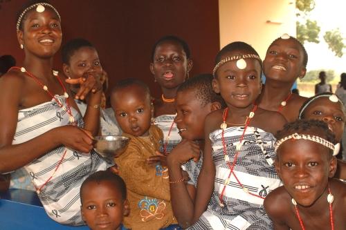 Bambini del Villaggio SOS di Natitingou in abiti tradizionali