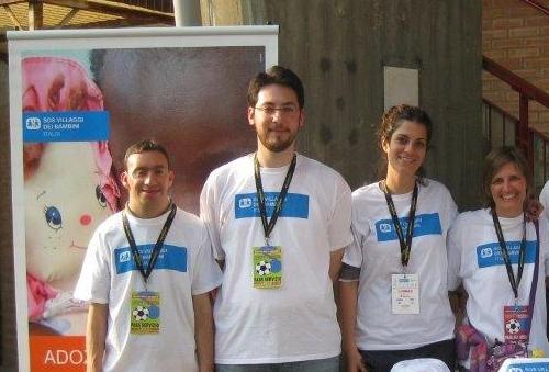 Daniele insieme allo staff di SOS Italia a Mantova