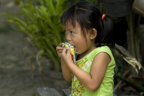 Bambina di un Villaggio SOS mangia la sua porzione di Plumpy'nut (foto di archivio)