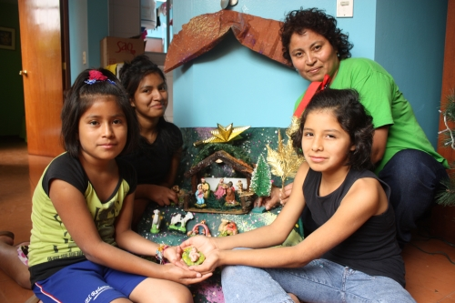 Teolina e alcuni suoi bambini davanti al Presepe (foto dagli Archivi di SOS)