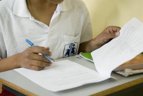 Una ragazza con la divisa scolastica di SOS Villaggi dei Bambini (materiale d'archivio)