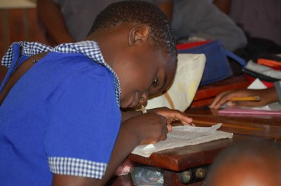 Un bambino della scuola SOS (da soschildrensvillages.org.uk)