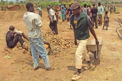 al lavoro nei campi (foto di Aaron Ntakati)