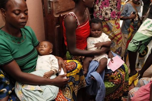 Madri e bambini in coda al Centro Medico SOS (foto di Mr Till Müllenmeister)