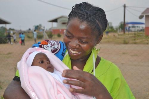Una mamma SOS mentre si prende cura di un bambino (Archivi SOS)