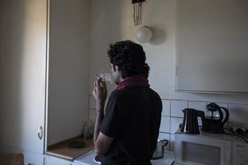 Abu nella cucina dell'appartamento che condivide con altri 4 connazionali