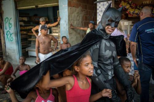batman nelle favelas contro i mondiali di calcio 2014